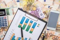 Carta de negocio con la pluma, smartphone, calculadora sobre euro Fotografía de archivo
