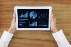 Carta de negocio en la pantalla digital de la tableta Imagen de archivo libre de regalías