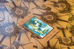 Carta de tarot Qeen de espadas Cubierta del tarot de Labirinth Fondo esotérico Fotografía de archivo