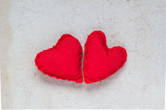 Carta dei cuori rossi fatti a mano del fondo dei biglietti di S. Valentino vecchia Fotografia Stock