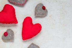 Carta dei cuori rossi fatti a mano del fondo dei biglietti di S. Valentino vecchia Fotografie Stock