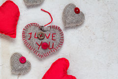 Carta dei cuori rossi fatti a mano del fondo dei biglietti di S. Valentino vecchia Immagini Stock