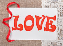 Carta del biglietto di S. Valentino con amore di parola del disegno su pizzo Fotografia Stock