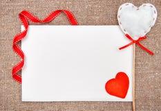 Carta del biglietto di S. Valentino con estrarre cuore rosso su tela da imballaggio Immagine Stock Libera da Diritti