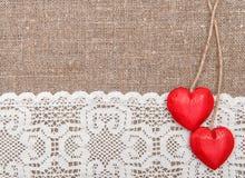 Carta del biglietto di S. Valentino con i cuori di legno ed il panno di pizzo fotografia stock