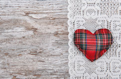 Carta del biglietto di S. Valentino con il cuore del tessuto su pizzo e su vecchio legno Immagini Stock