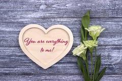 Carta del biglietto di S. Valentino con testo siete tutto a me verde Fotografie Stock Libere da Diritti