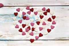 Carta del biglietto di S. Valentino degli innamorati su fondo di legno immagine stock