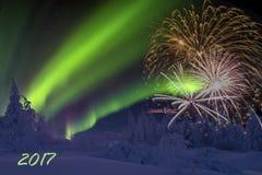 Carta del buon anno con il fuoco d'artificio, la foresta e la luce nordica Fotografie Stock