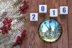 Carta del buon anno con neve su fondo di legno Immagini Stock