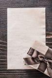 Carta del contenitore di regalo sulla vista d'annata di verticale del bordo di legno Fotografia Stock Libera da Diritti