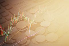Carta del gráfico de la bolsa de acción en fondo del dinero Imágenes de archivo libres de regalías