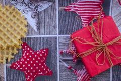 Carta del nuovo anno o di Natale con le cialde e un regalo Fotografie Stock Libere da Diritti