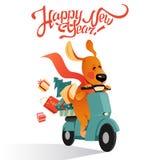 Carta del ` s del nuovo anno con il cane divertente su un motorino con regali Fotografia Stock Libera da Diritti