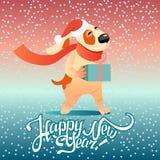 Carta del ` s del nuovo anno con il cane divertente con un regalo Fotografia Stock