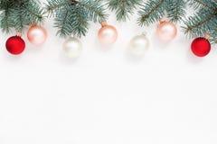 Carta del ` s del nuovo anno, palle, abete rosso sulla cima di textur di legno bianco Fotografie Stock Libere da Diritti
