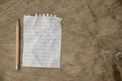 Carta del taccuino e matita utilizzata su fondo di legno Immagini Stock