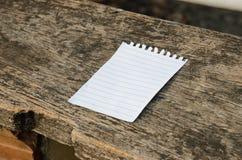 Carta del taccuino su fondo di legno Fotografia Stock