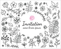 Carta dell'invito con gli elementi floreali disegnati a mano Fotografie Stock Libere da Diritti