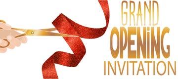 Carta dell'invito di grande apertura con il nastro strutturato rosso e mano con le forbici Fotografia Stock Libera da Diritti