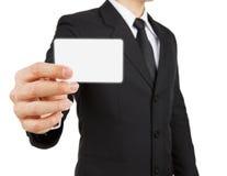 Carta della carta o di visita della tenuta dell'uomo d'affari isolata su backgr bianco Immagine Stock