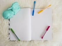Carta della pagina in bianco con la penna colourful su fondo bianco simile a pelliccia Immagine Stock