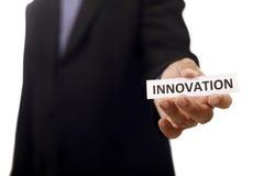 Carta della tenuta dell'uomo con il testo dell'innovazione Fotografia Stock