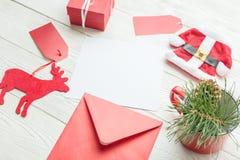 Carta di carta in bianco bianca con gli oggetti di Natale Fotografie Stock Libere da Diritti
