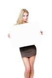Carta di carta in bianco bianca della tenuta della ragazza Immagine Stock