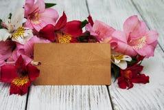 Carta di carta con i fiori di alstroemeria Immagini Stock Libere da Diritti