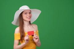 Carta di credito in banca del ing della ragazza di estate Fotografie Stock