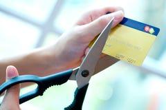 Carta di credito che è tagliata dai grandi accoppiamenti delle forbici Immagine Stock Libera da Diritti