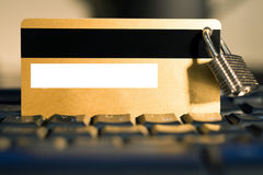 Carta di credito con il lucchetto d'attaccatura sulla tastiera Immagine Stock Libera da Diritti
