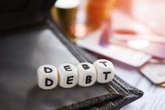 Carta di credito di debito e pila della moneta dei soldi/responsabilit? aumentate da consolidamento di debito di esenzione fotografia stock libera da diritti