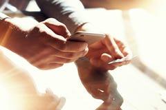Carta di credito della mano della tenuta dell'uomo del primo piano Compera di pagamenti di Use Smartphone Online dell'uomo d'affa Fotografia Stock
