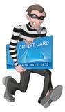 Carta di credito della stola dell'uomo del ladro Rubando soldi online Immagine Stock