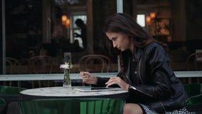 Carta di credito della tenuta della giovane donna e computer portatile usando Concetto online di acquisto nella ragazza castana f video d archivio