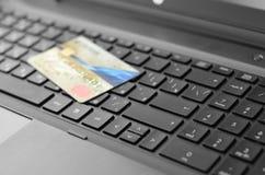 Carta di credito e computer portatile Fotografia Stock Libera da Diritti
