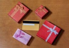 Carta di credito e contenitori di regalo Fotografie Stock
