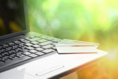Carta di credito ed usando credito di compera online e la carta di debito di concetto di pagamento facile del computer portatile  immagini stock libere da diritti