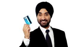 Carta di credito esecutiva maschio felice della tenuta fotografia stock