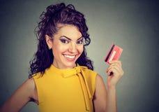 Carta di credito felice della holding della donna Fotografia Stock