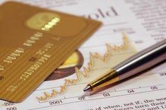 Carta di credito, giornale e penna Fotografia Stock