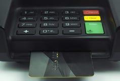 Carta di credito inserita in un terminale del cuscinetto del perno - chip di EMV Immagini Stock