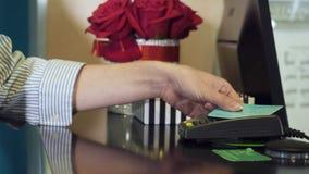Carta di credito di spillatura della donna sul terminale di pagamento stock footage