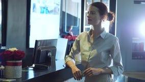 Carta di credito di spillatura della donna sul terminale di pagamento video d archivio