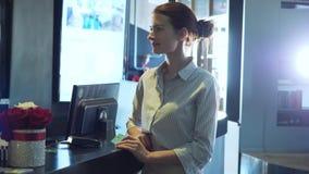 Carta di credito di spillatura della donna sul terminale di pagamento archivi video