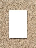 Carta di credito su una superficie della sabbia immagine stock
