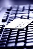 Carta di credito su una tastiera di calcolatore Immagini Stock Libere da Diritti