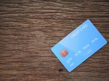 Carta di credito su vecchio legno marrone fotografia stock